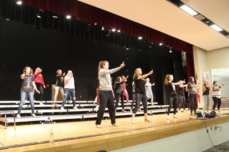 SHOW+OFF-+Show+choir+practices+their+dancing.+they+will+be+attending+multiple+competitions+this+year.+