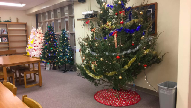 CHRISTMAS+TIME-+Students+of+AHS+decorated+trees+in+the+library.+These+trees+are+being+voted+on+to+see+which+tree+will+win.+