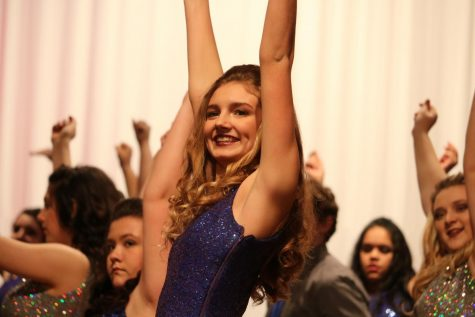 Show Choir Performs for Swing Inn