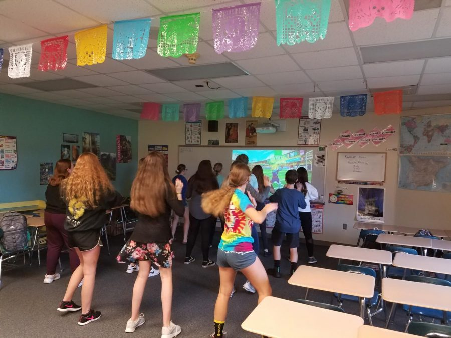 FOLLOW+ALONG+-+Students+dance+with+instruction+during+%22Bailes+Viernes.%22+This+AO+activity+is+held+every+Friday+with+Spanish+teacher+Trisha+Niceswanger.