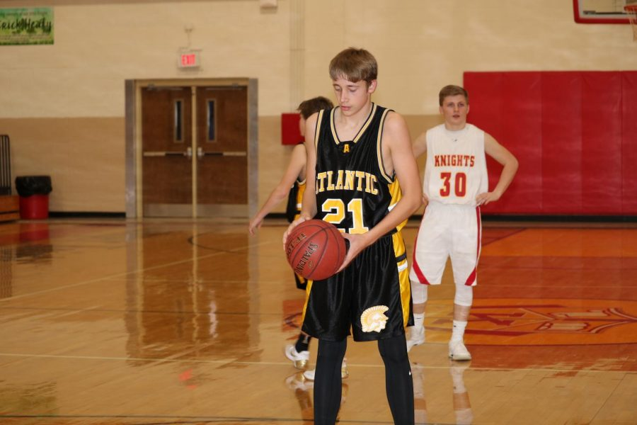 Sophomore+Skyler+Handlos+prepares+to+shoot+a+free-throw+at+a+game+last+season.+