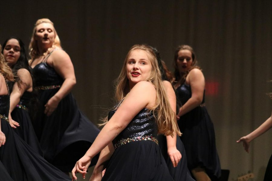 DANCING+QUEEN+-+Sophomore+Sydney+Sanny+moves+to+the+beat+at+Swing+Inn.+Swing+Inn+was+held+Thursday%2C+Jan.+10.+This+performance+gave+a+preview+into+both+show+choir+and+jazz+band+season.